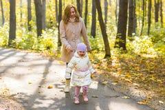 Мать и дочь играя совместно в парке осени Стоковое Изображение RF
