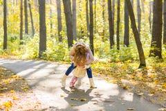 Мать и дочь играя совместно в парке осени Стоковые Изображения