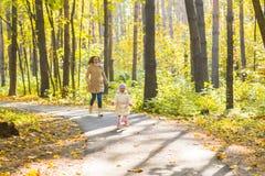 Мать и дочь играя совместно в парке осени Стоковое Фото