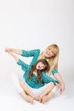 Мать и дочь играя совместно Стоковые Фотографии RF