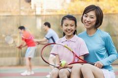 Мать и дочь играя теннис Стоковые Изображения RF