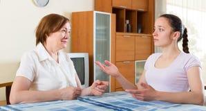 Мать и дочь имея переговор Стоковое Изображение RF