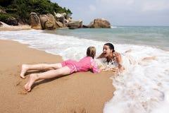 Мать и дочь имея потеху в океане Стоковое Изображение RF