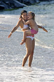 Мать и дочь имея потеху в океане Стоковое Изображение