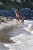 Мать и дочь имея потеху в океане Стоковое Фото