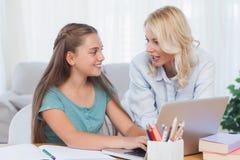 Мать и дочь используя компьютер Стоковое Фото