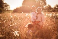 Мать и дочь и сын в пшеничном поле Стоковое Изображение