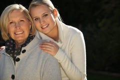 Мать и дочь, который стоят совместно Стоковая Фотография RF