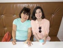 Мать и дочь наслаждаясь мороженым Стоковые Изображения RF