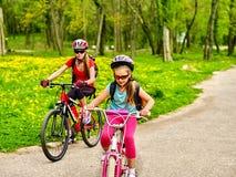 Мать и дочь на велосипеде Велосипед задействуя семья Стоковые Фотографии RF