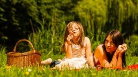 Мать и дочь на пикнике детеныши женщины лета гор отдыха Стоковые Фотографии RF