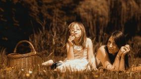 Мать и дочь на пикнике детеныши женщины лета гор отдыха Стоковое фото RF