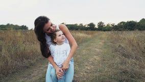 Мать и дочь на поле осени сток-видео