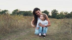 Мать и дочь на поле осени акции видеоматериалы
