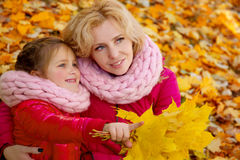 Мать и дочь на предпосылке осени Стоковая Фотография