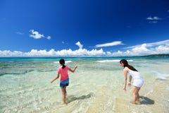 Мать и дочь на пляже Стоковое Фото