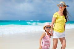 Мать и дочь на пляже Стоковое Изображение RF