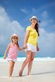 Мать и дочь на пляже Стоковое Изображение