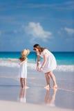 Мать и дочь на пляже Стоковая Фотография
