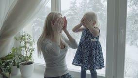 Мать и дочь нежно играют совместно на windowsill акции видеоматериалы