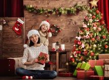 Мать и дочь обменивая подарки Стоковое Изображение