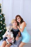 Мать и дочь обнимая один другого и представляя для камеры wo Стоковая Фотография RF