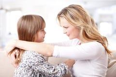 Мать и дочь доверяя одину другого Стоковые Фото