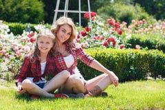 Мать и дочь отдыхая в парке лета Стоковое фото RF