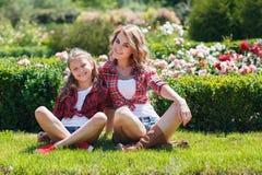 Мать и дочь отдыхая в парке лета Стоковые Фотографии RF