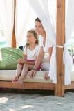 Мать и дочь отдыхая на пляже Стоковая Фотография RF