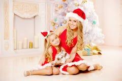 Мать и дочь одетые как Санта празднуют рождество Семья Стоковое фото RF