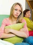 Мать и дочь после ссоры Стоковая Фотография