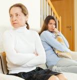 Мать и дочь после ссоры Стоковые Изображения