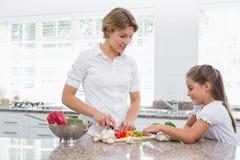 Мать и дочь подготавливая овощи Стоковые Фотографии RF