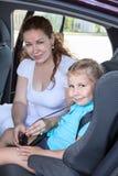 Мать и дочь путешествуя в автомобиле Стоковое Изображение RF
