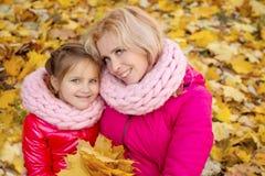 Мать и дочь смотря вверх на предпосылке осени Стоковое фото RF