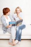 Мать и дочь смотря книгу фото Стоковая Фотография