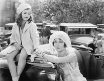 Мать и дочь стоя совместно рядом с автомобилем (все показанные люди более длинные живущие и никакое имущество не существует Wa по Стоковое Фото