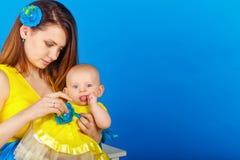 Мать и дочь счастливы совместно стоковые изображения