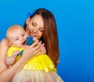 Мать и дочь счастливы совместно стоковая фотография