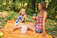 Мать и дочь с апельсиновым соком Стоковая Фотография RF