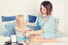 Мать и дочь с женскими аксессуарами семья симпатичная Стоковые Фотографии RF