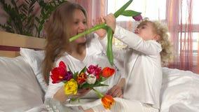 Мать и дочь с красочными цветками steadicam сток-видео