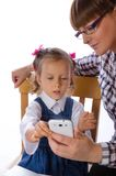 Мать и дочь с мобильным телефоном Стоковое Изображение