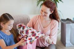 Мать и дочь с покупкой на софе Стоковые Изображения RF