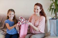 Мать и дочь с покупкой Стоковая Фотография