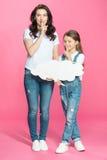 Мать и дочь с пустым пузырем речи показывать для безмолвия Стоковые Фото