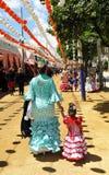 Мать и дочь с фламенко одевают, ярмарка Севильи, Андалусия Стоковое Изображение