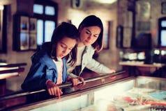 Мать и дочь указывая по предъявлении во время стоковая фотография rf