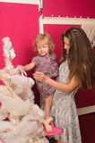 Мать и дочь украшая дерево xmas Стоковые Изображения